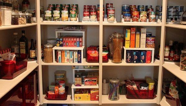 Colocar los  productos en la despensa